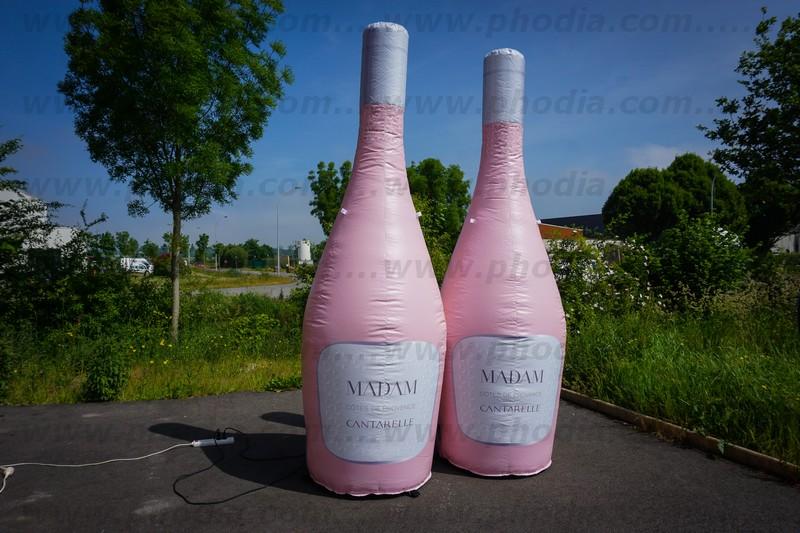 plv gonflable en forme de bouteille de rosé