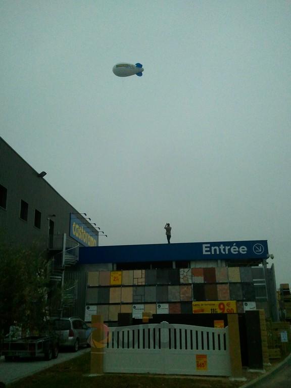 Dirigeable publicitaire sur le centre commercial de Fleury-sur-Orne